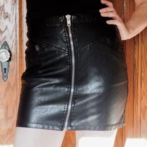 BLACK VEGAN PLEATHER ZIP FRONT MINI SKIRT